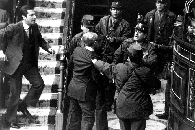 El New Yok Times ilustra el obituario de Adolfo Suárez con la foto histórica del 23-F