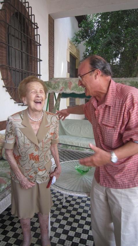 Doña Paquita compartió risas conmigo cuando la visité en su chalé (donde durmió Franco)