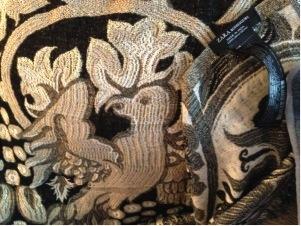 Pájaros que miran hacia atrás en un chal de Zara hecho in India.