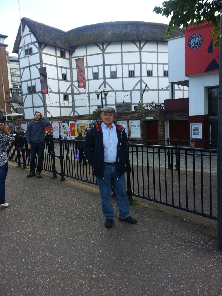 En la puerta del teatro Globe de Shakespeare