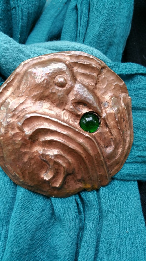 Broche antiguo de cobre comprado en un rastrillo de Boston en los años setenta.
