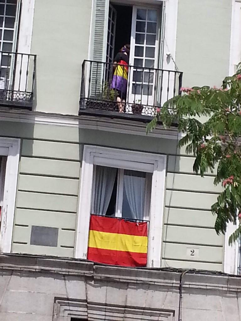 """Una valiente """"Mariana Pineda"""" luce un modelo con lindos colores republicanos en su balcón de la calle Felipe V."""