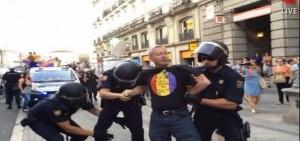Vestringe, ex diputado de Alianza Popular, detenido con camiseta republicana.