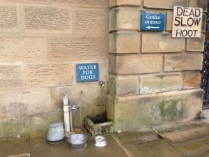 """Ala entrada del palacio  no puede faltar el """"Agua para perros"""". Es gratis. La embotellada se compra en la caballerizas."""
