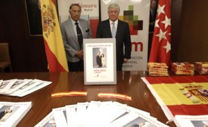Arturo Fernandez y su Vpte en la CEIM muestran las 50.000 banderitas y carteles para celebrar la llegada de Felipe VI.