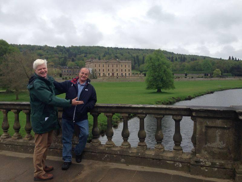 David y yo sobre el puente de Chatsworth. Al fondo, la mansión del duque.