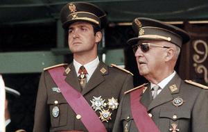 El príncipe de España, Juan Carlos de Borbón, junto al dictador Francisco Franco