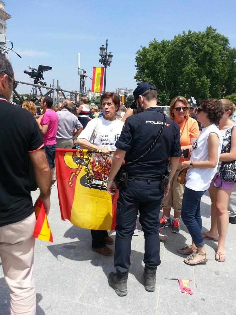 """A petición del público, la policia pidió a esta señora franquista que """"no provocara y guardara su bandera"""" en la Plaza de Oriente. Ella respondió que el nuevo Rey estaba allí gracias a Franco. No le faltaba razón."""