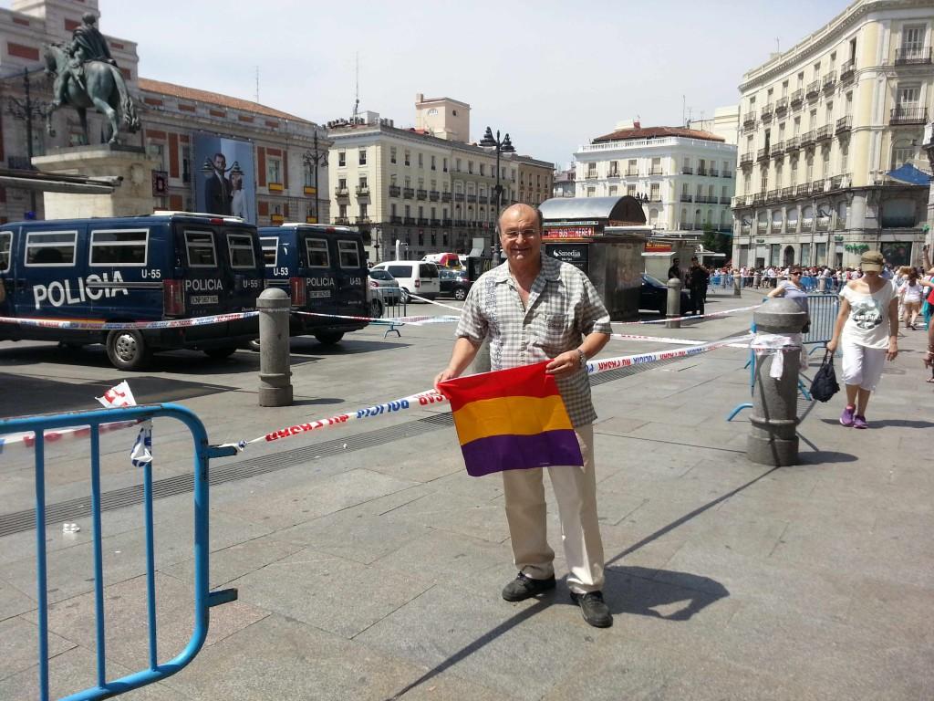 A las 12:45 pude lucir mi bandera en Sol hasta que vino la Policía a por ella. La guardé a tiempo.