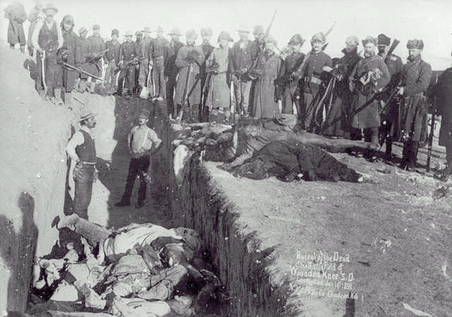 Fosa común con los cadaveres de indios sioux trasa la masacre de Wounded Knee (1890) en Dakota del Sur.