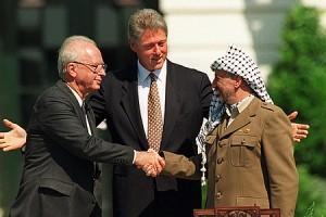 Rabin y Arafat firman la paz en presencia de Clinton.