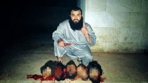 Yihadista muestra las cabezas de sus víctimas.