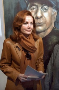 Sofía Gandarias, ante un cuadro suyo de Neruda