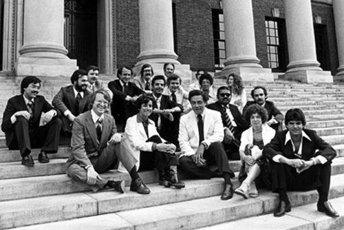 La clase Nieman de Harvard (1976-1977). Jamil y Zvi en la primera y última fila a la derecha. Yo estoy con barba a la izquierda. Jim Tohmson, con chaqueta blanca.